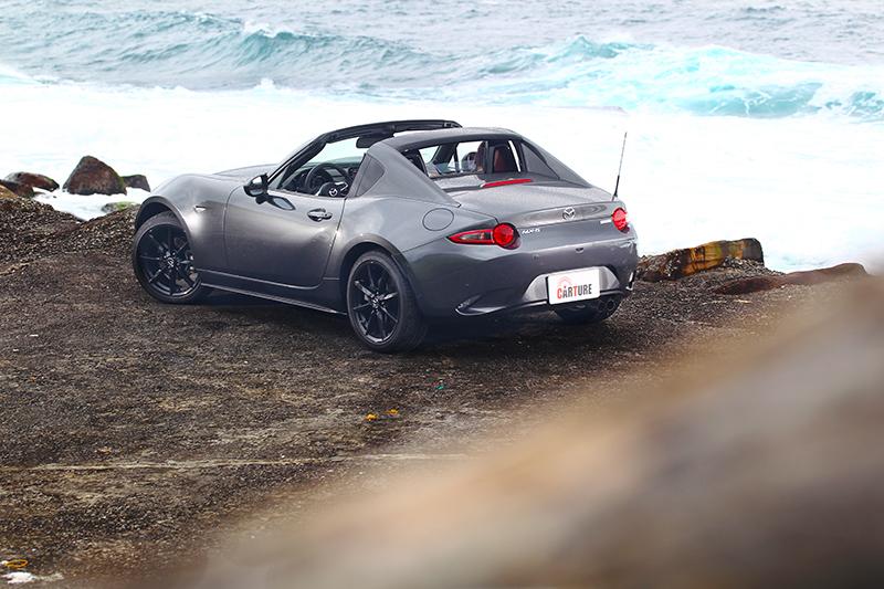 MX-5樂趣不僅如此,若開去海邊或山區就會發現它的另一種美好。