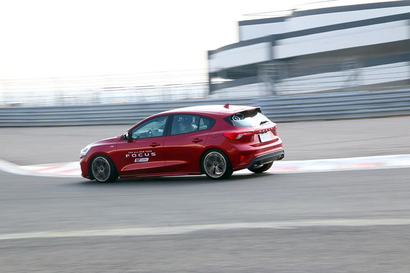 Focus在新平台與渦輪動力助益下有著不錯操控表現。