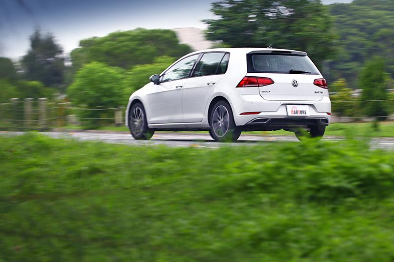 唯一歐系車款的Golf有著對手沒有的沉穩俐落路感。