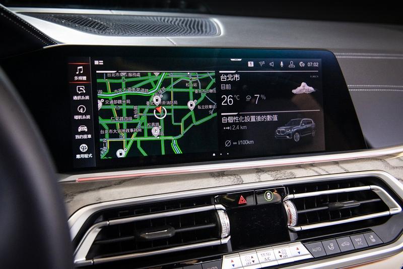 12.3吋的虛擬數位儀錶、12.3吋中控觸控螢幕及搭配iDrive7.0控制系統,提供駕駛語音、手勢、觸控等多種操作模式