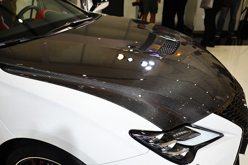 引擎蓋以整塊碳纖維材質呈現,有效降低車頭重量。