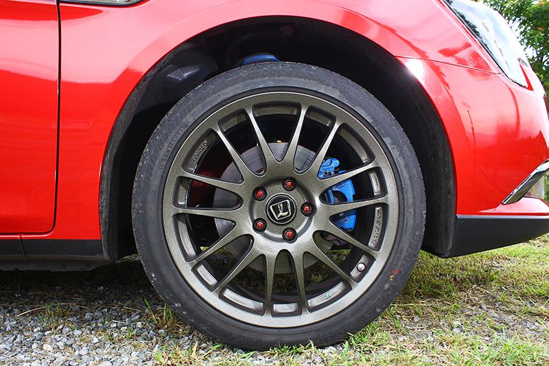 RAYS鍛造圈絕對是輕量化逸品,裡頭的強化煞車與外頭的特調Bridgestone跑胎也都是一時之選。