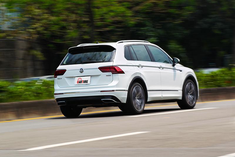 IQ.Drive的主動式車道修正輔助能將車輛維持於車道中央