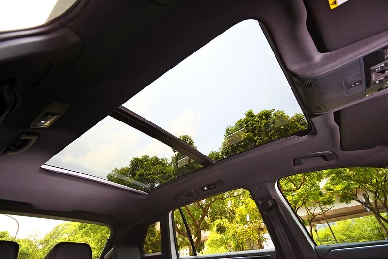 380 TSI R-Line Performance頂規車型配有全景式天窗。