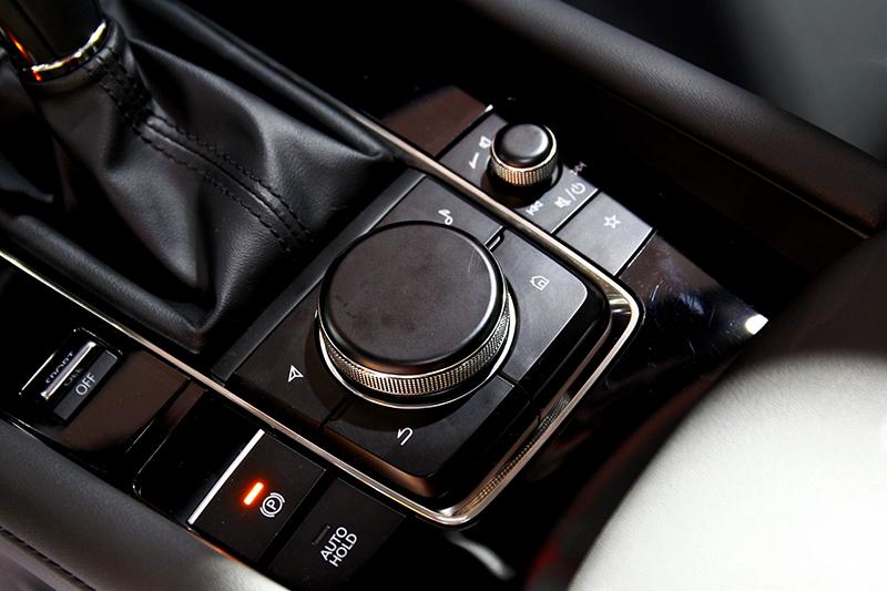 多功能控制旋鈕質感也變得更出色。