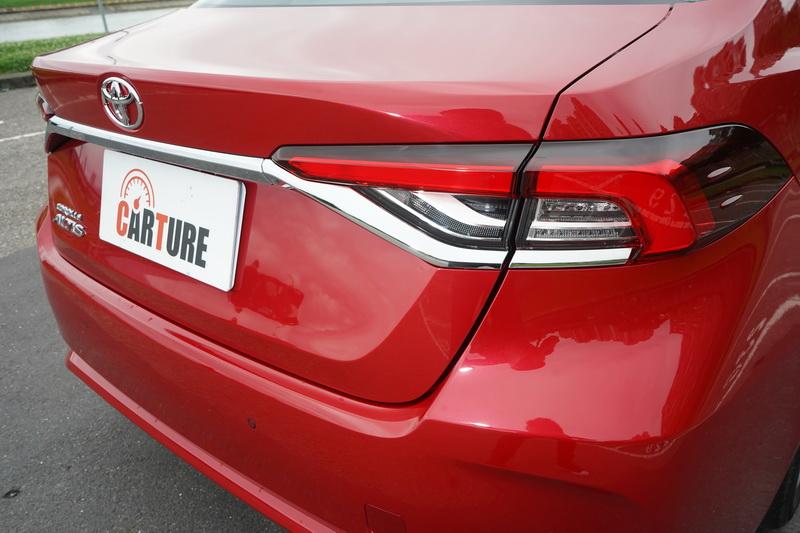 尾燈造型與Hybrid版相同,並使用LED光條作為其煞車燈光源