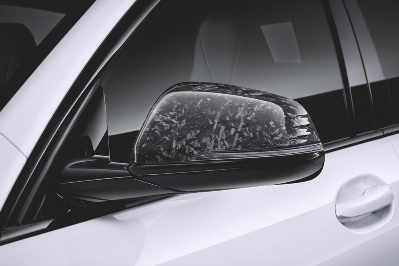 下護飾版、後視鏡、尾翼等處皆改以碳纖維材質。