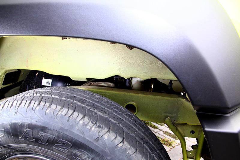 採大樑式底盤設計的Jimny,在輪拱中可以清楚看見車身結構是固定在下方底盤鋼樑之上的。