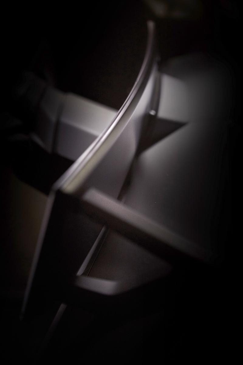 BMW iNEXT座艙配置大型曲面螢幕。
