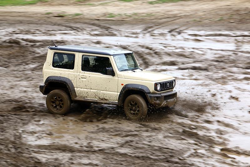 看著Jimny在泥巴堆中奔馳,感覺這種環境根本就是Jimny的家。