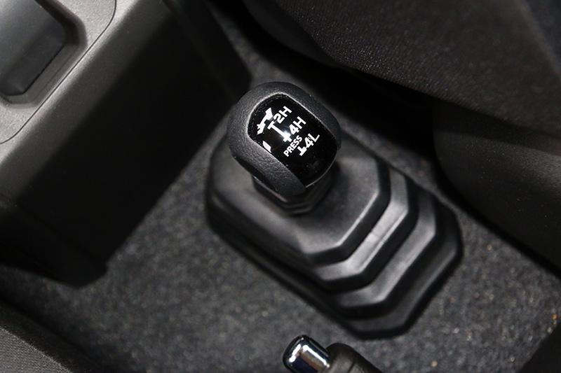 全新Jimny搭載具有加力箱、LSD限滑差速器之適時四輪傳動系統,具有2H二輪驅動與4H、4L四輪驅動三種模式。