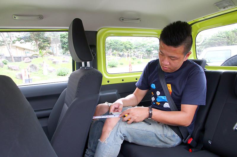 尺碼小巧的Jimny,車座空間並沒有特別狹窄,身高172cm的乘客在調整前座至適切位置後,乘坐後座膝部離前座椅背約還有10公分的距離,唯獨座以較單薄,長途乘坐舒適性會有所降低。
