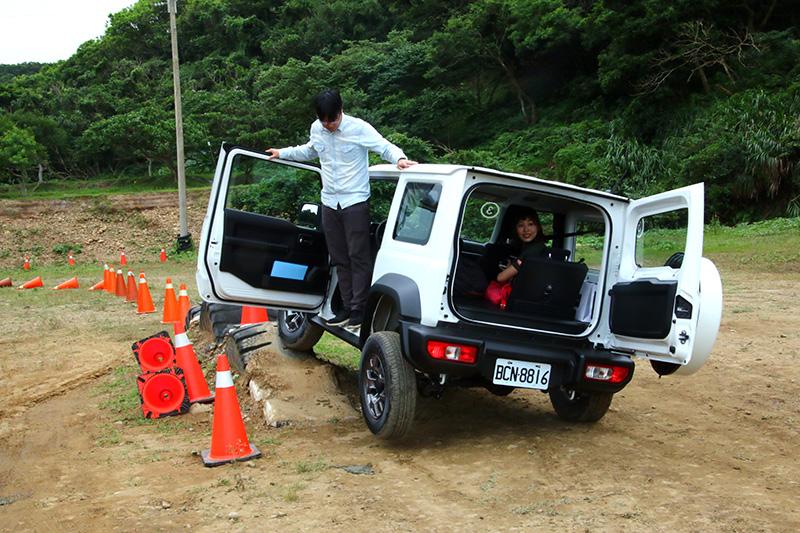 輪胎陣─攀上後讓車輛單輪離地,再將車門開啟,請人員站上門檻上,用以顯示高剛性車體的抗扭曲能力。