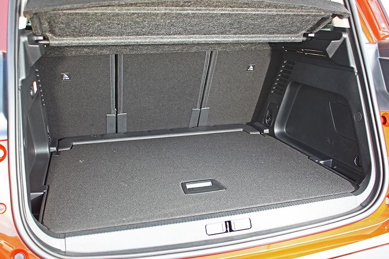後排座椅推至最後時,行李廂即有580升容積,若全數朝前傾倒,更能瞬間擴張至1,630升之譜。