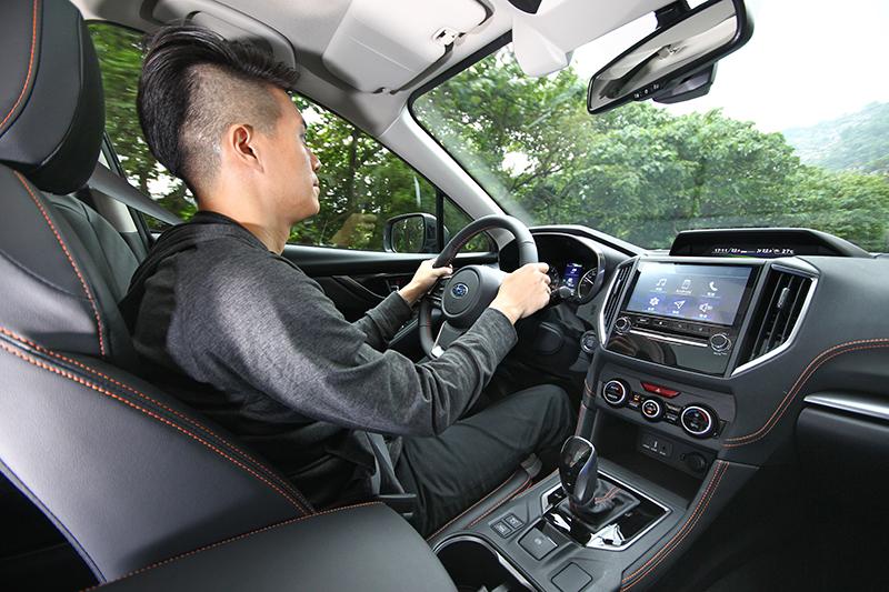 LDW車道偏離警示系統可在時速超過50km/h自動偵測是否偏離車道,並以聲響及燈號提醒駕駛者注意。
