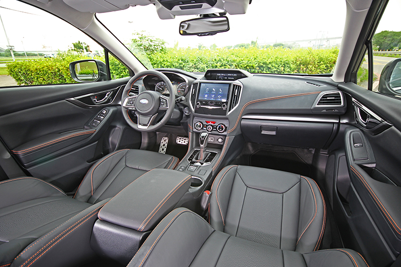 大面積擋風玻璃與挑高車室設計,帶來極為明亮寬闊的座艙視野。
