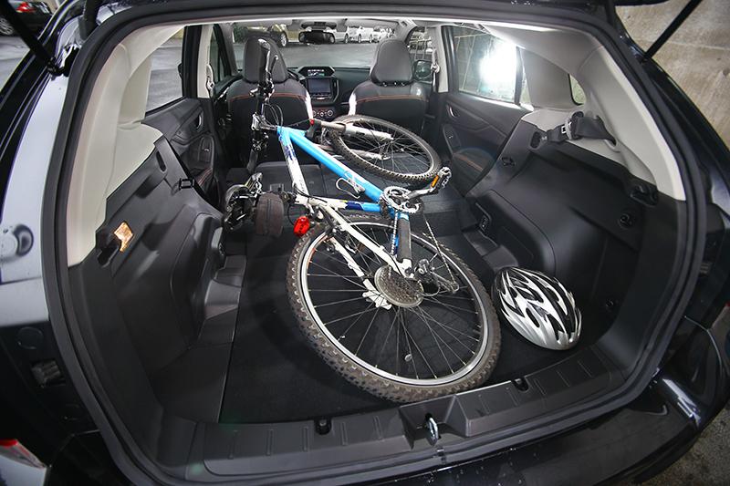 只要將可6/4分離的後座椅背朝前傾倒,即便26吋全尺寸登山車照樣輕鬆塞進行李廂中,自在享受4+2輪樂活假期。