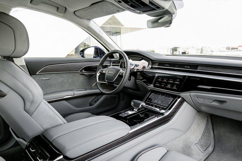 A8皆標配Audi 公路行車輔助套件、都會行車輔助套件與360度全視角顯影等多項頂尖防護科技。