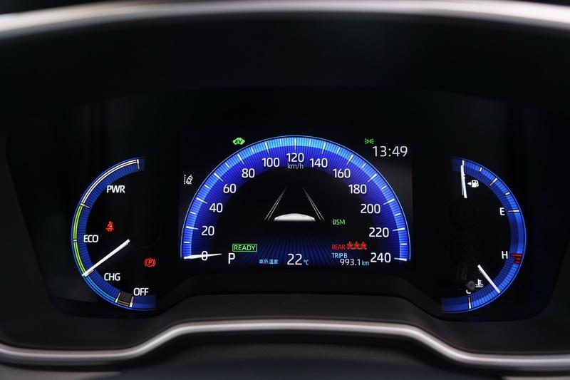 Altis Hybrid的駕駛儀表配置的是7吋數位儀表,科技感上明顯占了上風