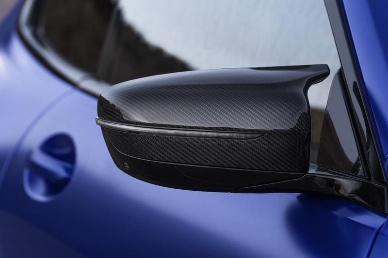 為符合性能車型,除車體結構於後視鏡、下飾板等處皆採用碳纖維處理。