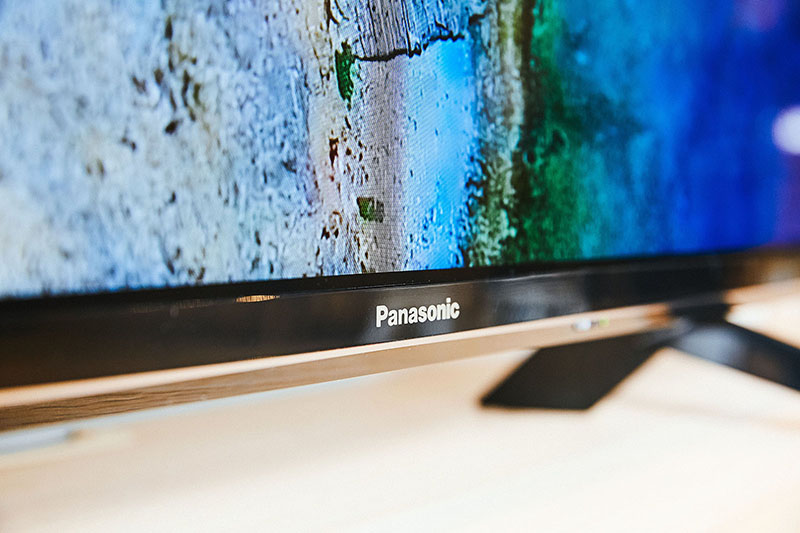 螢幕邊框採用鋼琴烤漆鏡面設計,在下方中央低調顯示品牌商標,也彰顯出 TH-55GX750W 的優異質感。