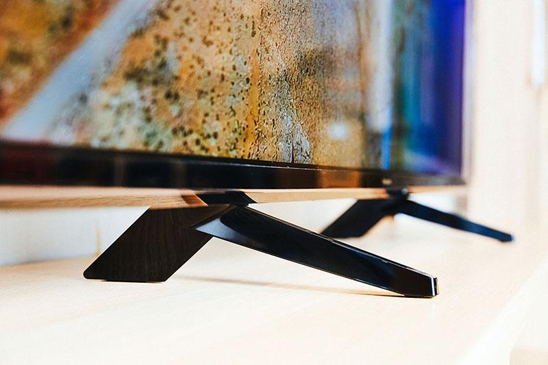 簡約時尚的腳架,以前細後寬的多邊形設計,搭配鋼琴鏡面烤漆,在燈光下展現出多變樣貌,卻又同時帶來穩固的支撐力道,給予用家美感和實用性兼具的信心。