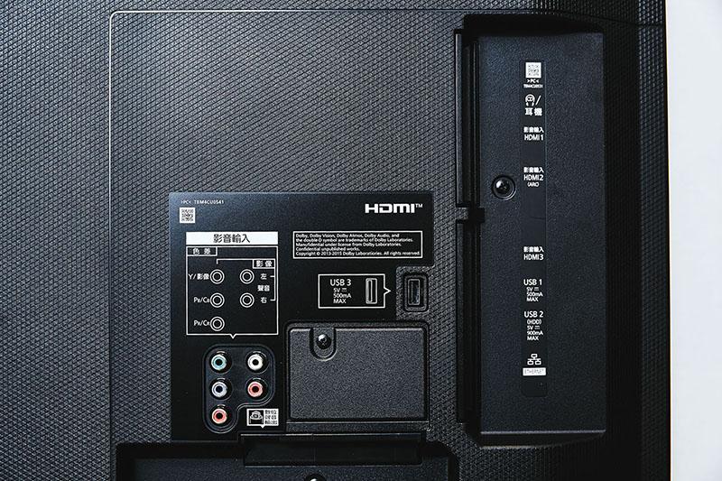 機背共有三區傳輸介面群配置,背板表面可見色差端子與 A/V 影音端子傳輸介面,以及一組 USB 端子。