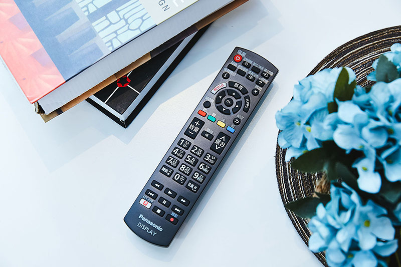 由弧面機殼為主,搭配大型按鍵構成的遙控器,加上鮮明的功能鍵分區、分色排列,帶來相當優異的操控感。