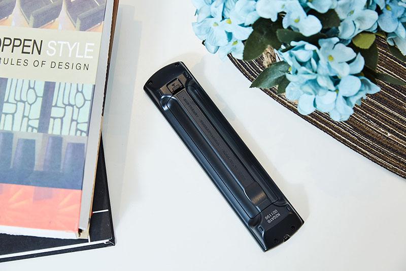 遙控器背面則是兩側內凹的設計,搭配貼合手型的弧形,創造出極佳的握感,這點絕對超越同級各類機種,美冠群倫。