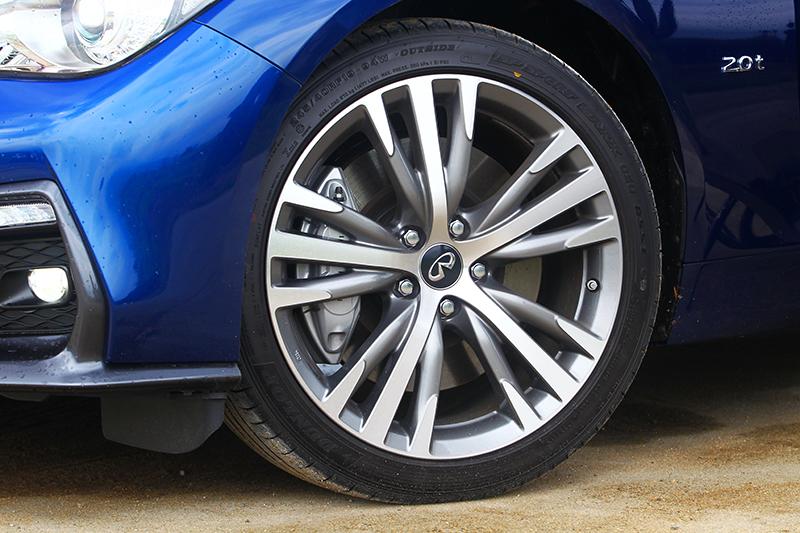 圈胎規格也升級至19吋,同時也配置跑車化煞車系統。