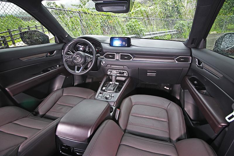 座艙內的深棕色Nappa皮革、雙前座導流式通風電動調整座椅與實木飾板,帶來卓絕細膩的奢華品味。