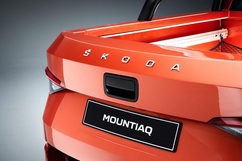 車尾廠徽也改為新世代字體銘牌配置。