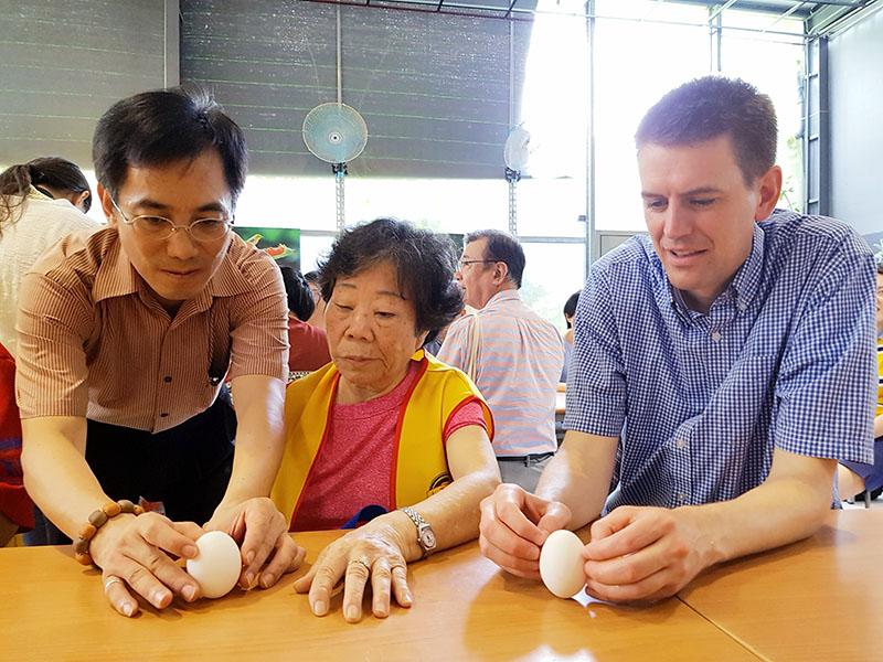 美國小朋友教授協助王媽媽成功立蛋,一個最難忘的端午節。
