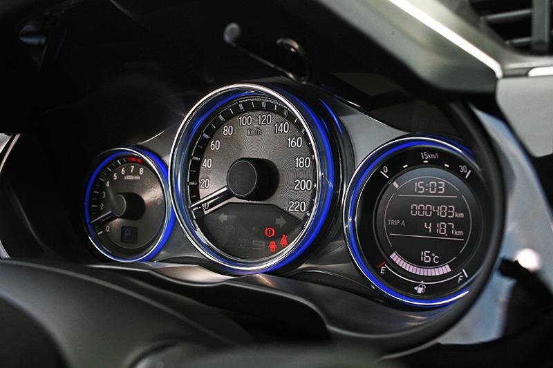 炫麗的自發光儀錶板,反而讓觀念不好的駕駛者更容易忘記開車燈。