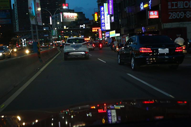 未開燈不僅影響駕駛者本身對路況的辨識能力,最嚴重的是對後車辨識該車的能力大幅降低,大幅增加夜間行車的危險性。
