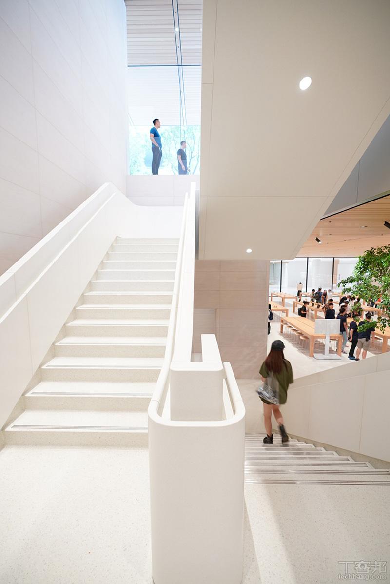 銜接一樓與B1,幾乎做到無接縫的大理石樓梯。
