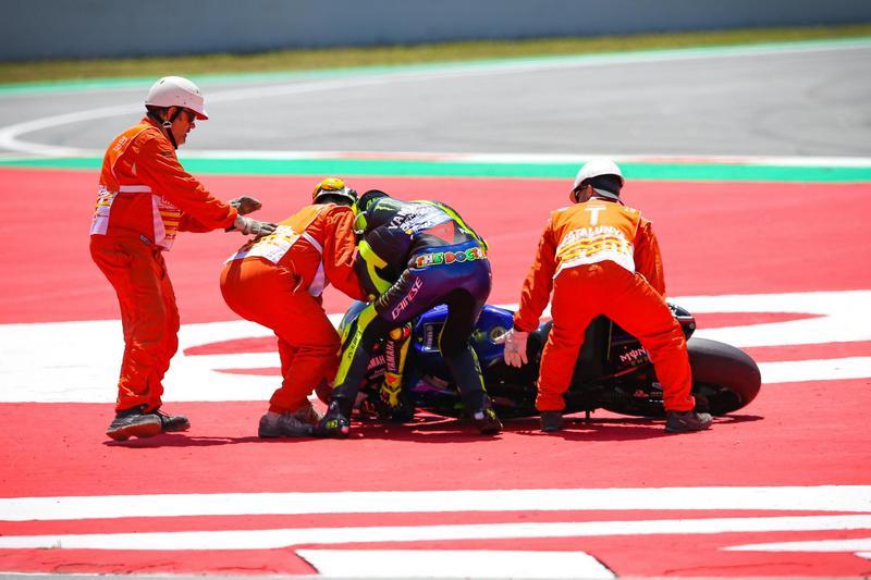 後方Rossi也因無法閃避而衝出賽轉倒。