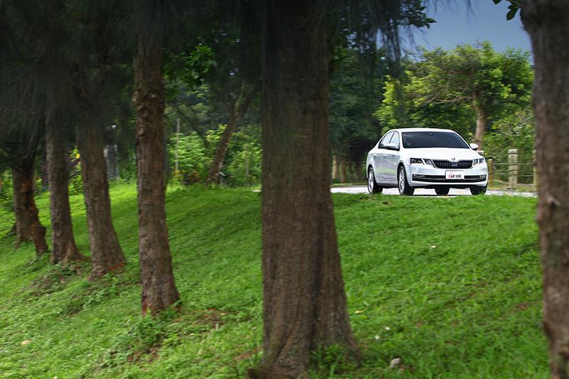 為了引誘前代OCTAVIA COMBI的車主小捲,我們特別找了一輛具備「聰明EYE」的新OCTAVIA來!