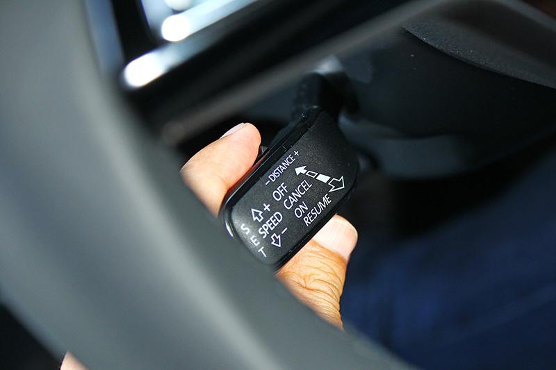 只要按壓方向盤左下角的定速撥桿,即可設定速度與跟車距離。