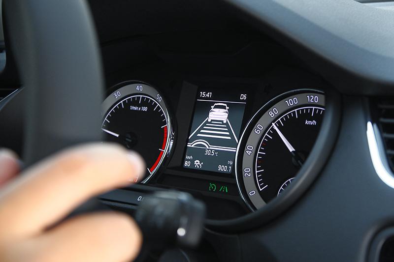 在ACC作動時,只要系統鏡頭抓到道路標線,此時Lane Assist車道偏移警示系統也將啟動。