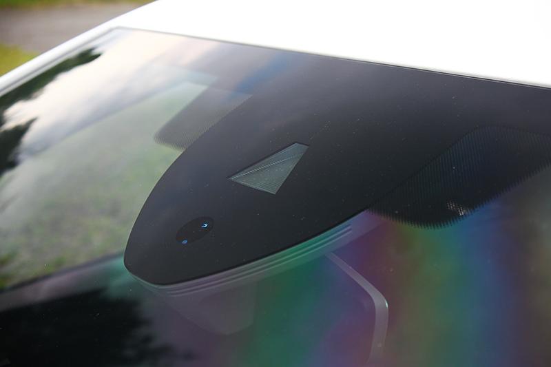Lane Assist車道偏移警示系統鏡頭設置於擋風玻璃之上。