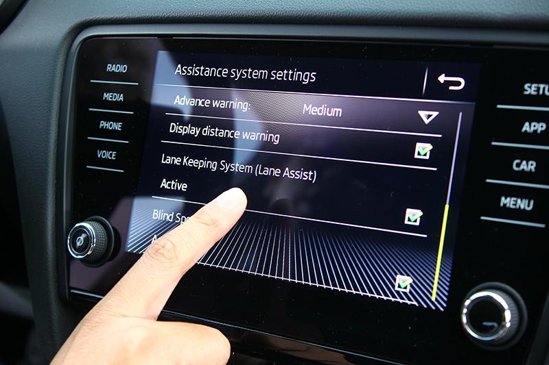 不只偏離車道時將發出警示,同時系統也會輕扯方向盤將車拉回車道。