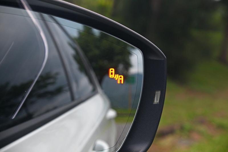 「聰明EYE」也包括Blind Spot Detect車側盲點警示系統以及RTA後方來車警示系統,只要有車進入駕駛人視覺死角,左右後照鏡上就會閃燈警告。