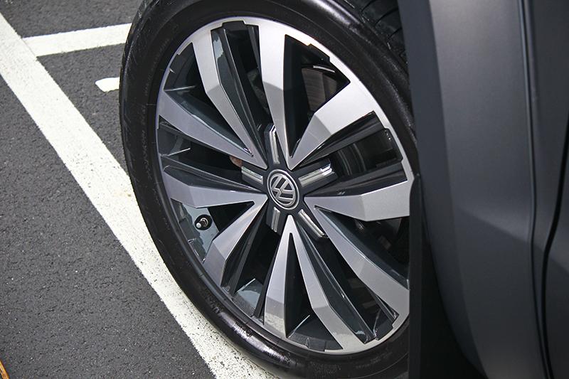 20吋鋁圈配上255/50 R20巨胎就是帥。