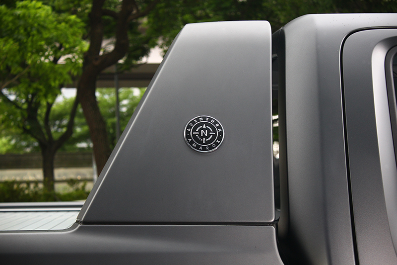 頂規Aventura專屬徽釋放在同色車斗防護架上,盡顯不凡。