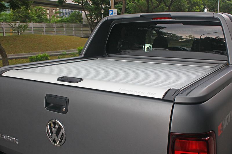 銀色捲簾式車斗蓋,看得出來這車不只為了載貨而來吧?