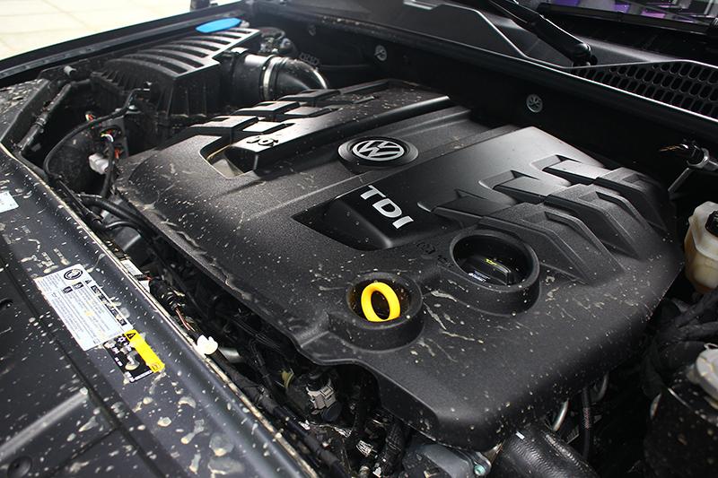 258hp的最大馬力以及59.1kg-m的峰值扭力源自於這具3.0 V6柴油引擎,從飛濺的泥水,看得出前位駕駛人有將Amarok的越野本色發揮得淋漓盡致。