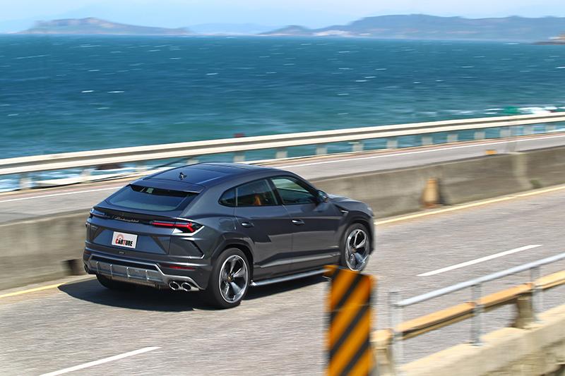 哪有一款休旅車可以辦到3.6秒百公里加速與305km/h表現。