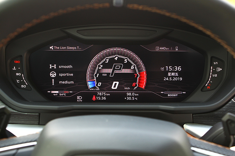 數位儀表與中控螢幕提供多項資訊,同時也讓座艙充滿科技氛圍。