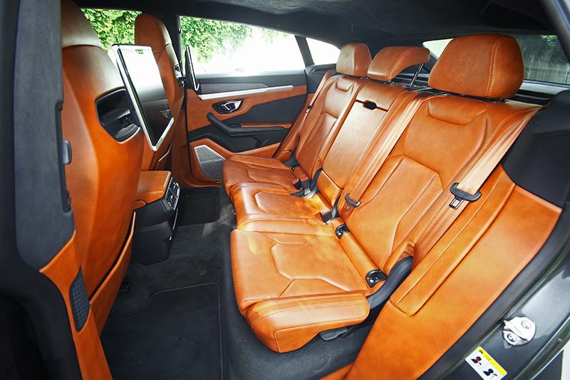 從來沒想過Lamborghini竟然有如此寬敞舒適的後座空間。